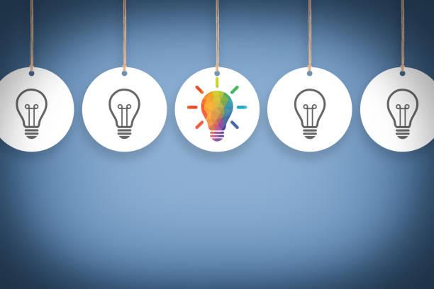 Kreative Ideenkonzepte mit Glühbirnen auf blauem Hintergrund – Foto