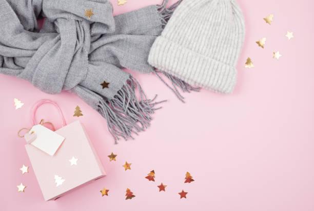 kreative bild der warme frau zubehör für kalte winter wetter und weihnachts-geschenk-box in pastellfarben - schal mit sternen stock-fotos und bilder