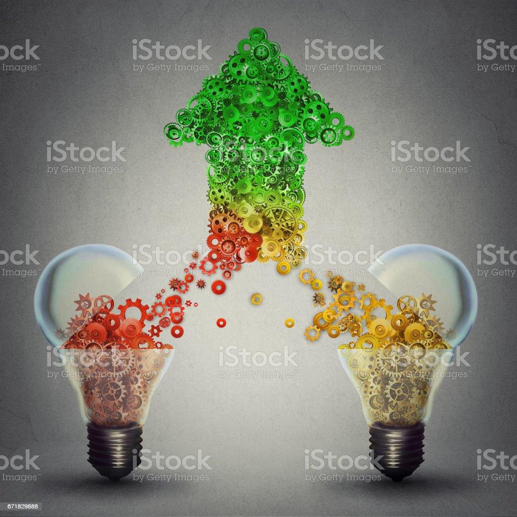Creatieve innovatie succes als twee open glazen lampen vrijgeven van gears KPV komen samen in de vorm van opwaartse pijlsymbool foto