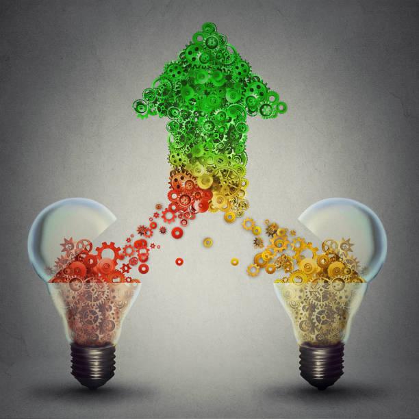 kreative innovationserfolg als zwei offenen glas glühbirnen freigabe zahnräder zahnräder kommen zusammen in form eines nach oben pfeil-symbol - fusionen und übernahmen stock-fotos und bilder