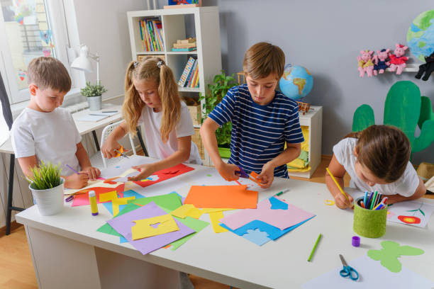 Kreative Kinder, die Papierkunst und Kunsthandwerk machen – Foto