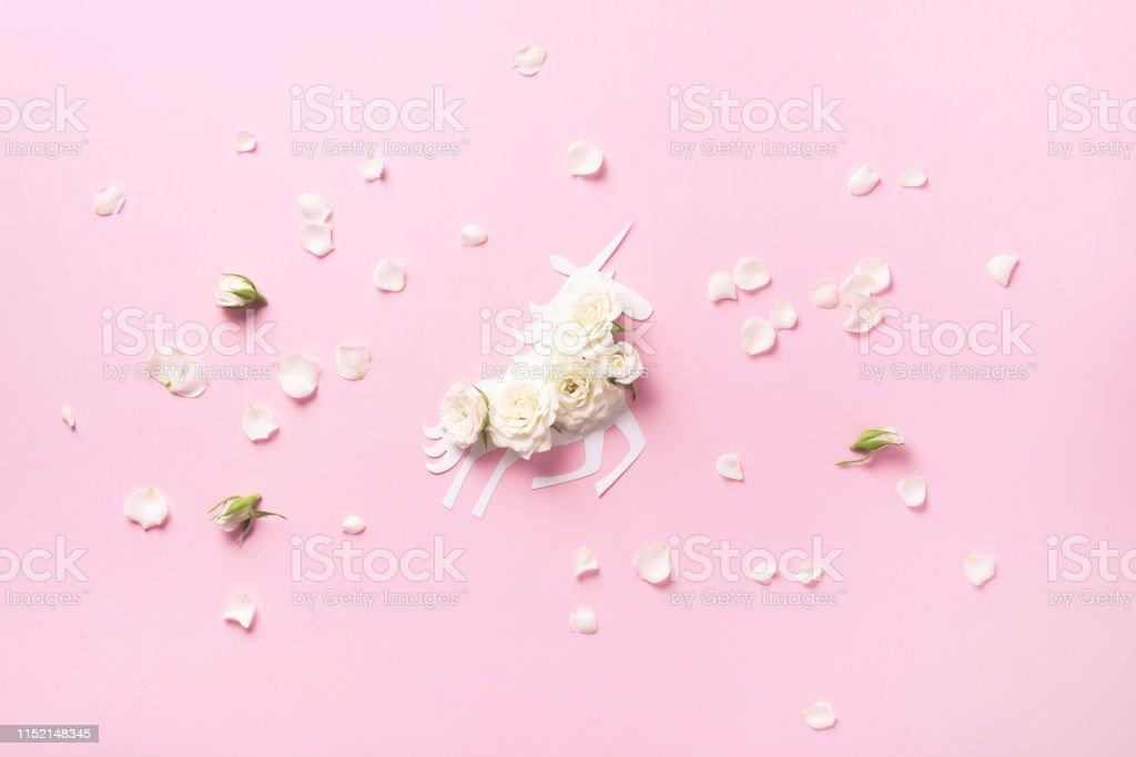 Diseño Creativo Unicornio Blanco Con Flores Sobre Fondo De
