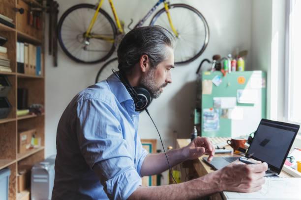 Kreativer Mann, der am Laptop im Homeoffice arbeitet – Foto