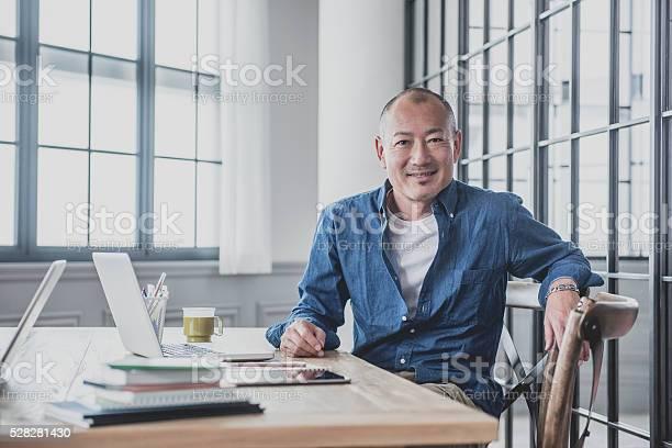 Kreative Älterer Mann Am Schreibtisch In Modernen Büro Stockfoto und mehr Bilder von Männer