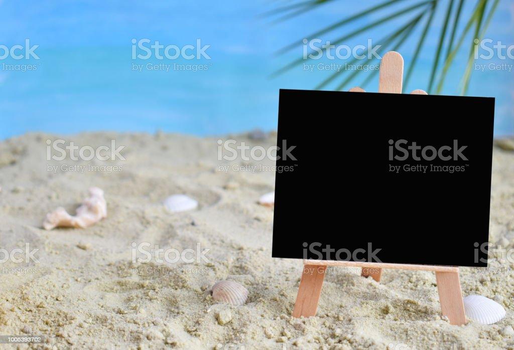 Photo Libre De Droit De Idee Creative Ete Minime Tableau Noir Sur Le Sable Avec Flou Bleu De La Mer Et De Feuilles De Palmier Tropical Concept De Vente Promotion Vacances Creation