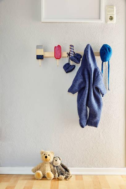 kreative kindergarten neugeborene interior design und teddy teddybär - garderobenhaken stock-fotos und bilder