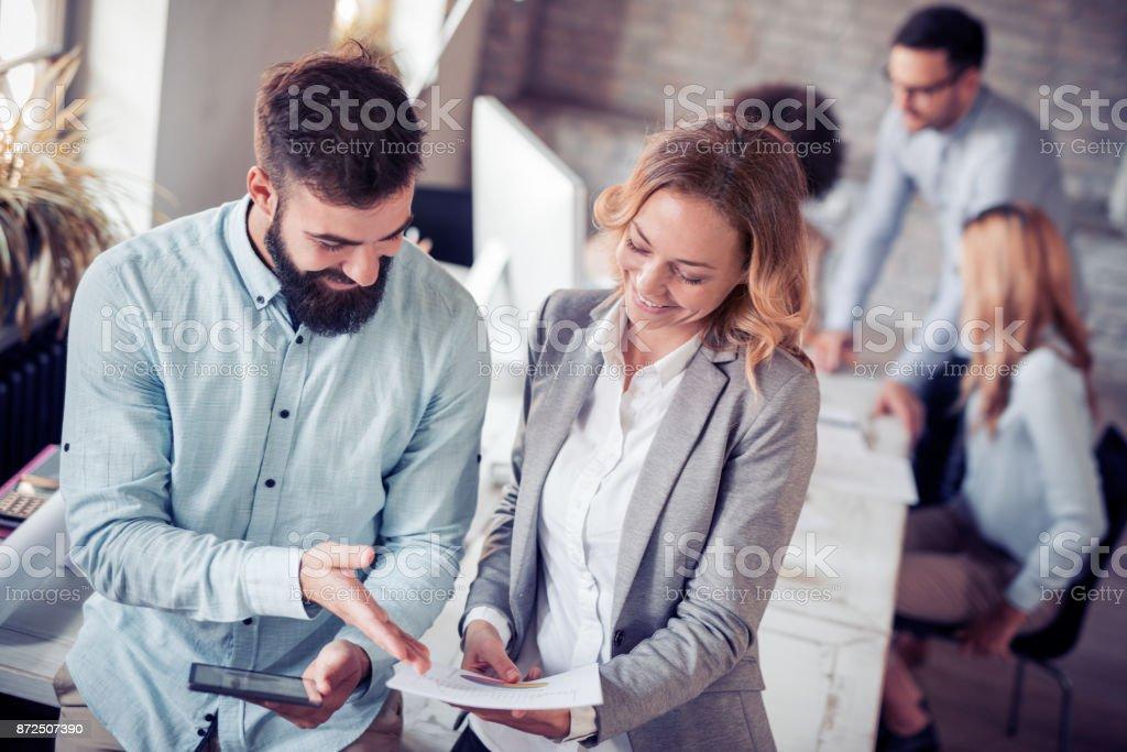 Kreative Menschen arbeiten im Büro am computer – Foto