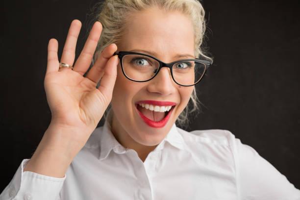 kreativer mensch halten gläser - versuche nicht zu lachen stock-fotos und bilder