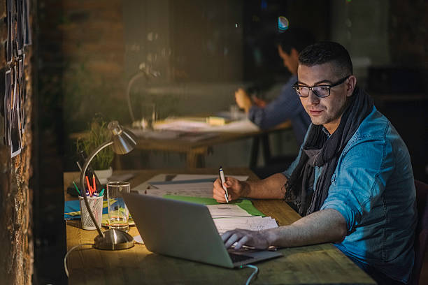 kreatives professionelles benutzt laptop und schreiben notizen - produktdesigner stock-fotos und bilder