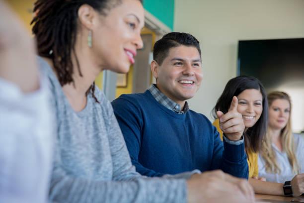 creatieve professionals hebben opleiding vergadering in de bestuurskamer. - vrijetijdskleding stockfoto's en -beelden