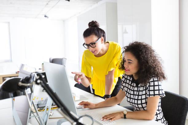 kreativ-profis zusammen arbeiten am computer - webdesigner stock-fotos und bilder