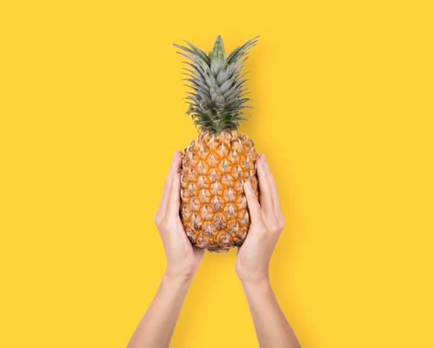 Kreative reife Ananas auf gelbem Hintergrund. für tropische Früchte. – Foto
