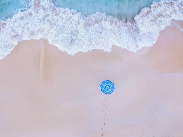Kreative Aufnahme von Strand und bunten Regenschirm – Foto