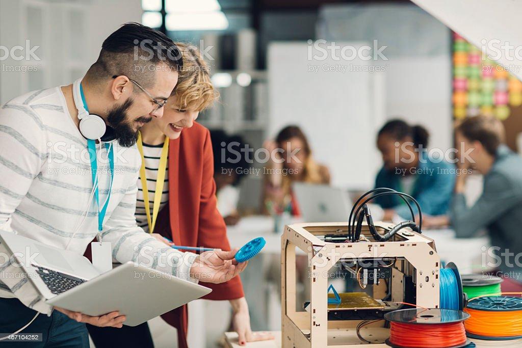 Kreative Start-Up-Team bei der Arbeit von 3D-Druckern. – Foto