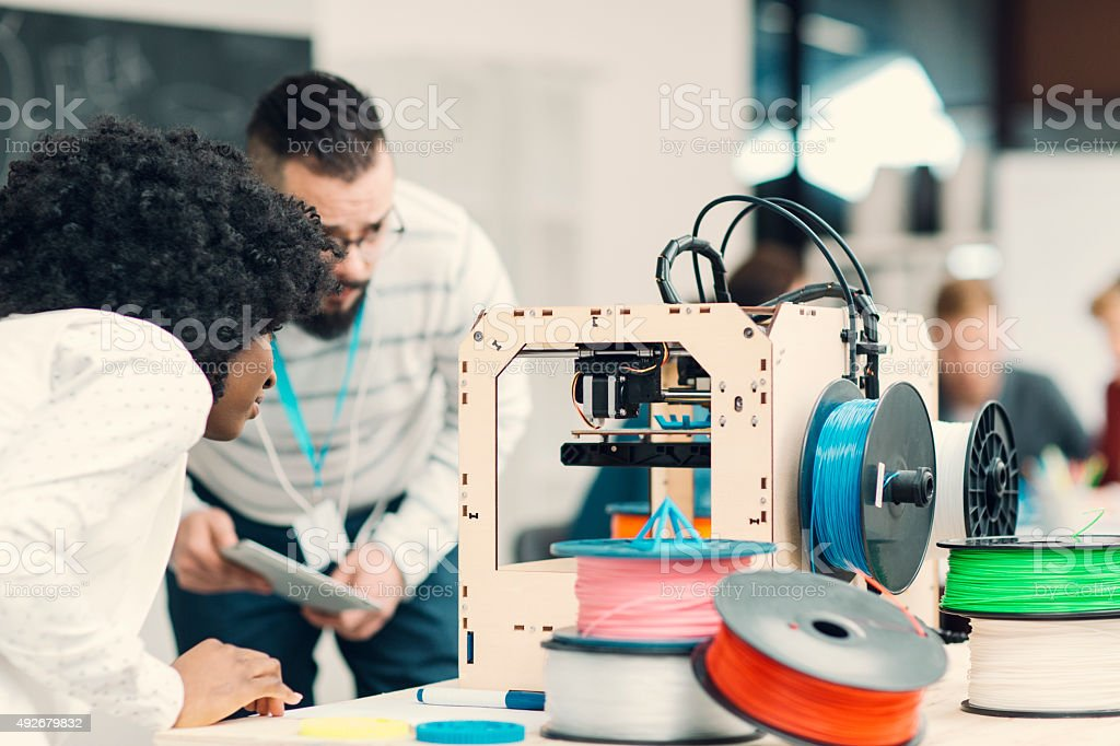 Creative Start-Up Team di Business al lavoro con stampante 3D. - foto stock