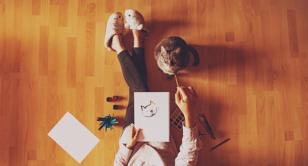 kreativstudio: mädchen malen ihre katze. - katze zeichnen stock-fotos und bilder