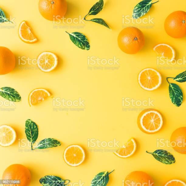 Kreative Sommer Muster Aus Orangen Und Grünen Blätter Auf Pastellgelb Hintergrund Obstminimalkonzept Flach Zu Legen Stockfoto und mehr Bilder von Ansicht von oben