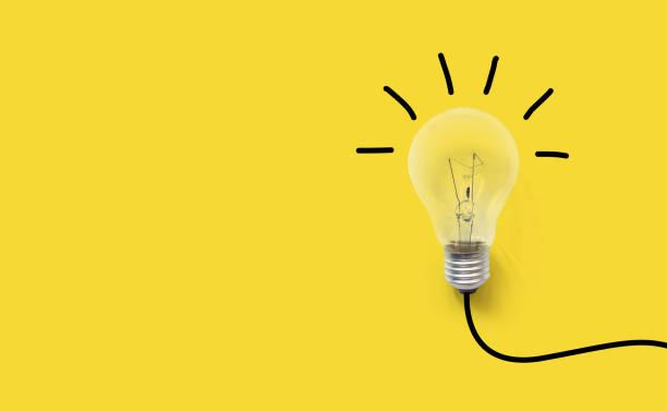 ideias de pensamento criativo cerebral o conceito de inovação. lâmpada em fundo amarelo - habilidade - fotografias e filmes do acervo