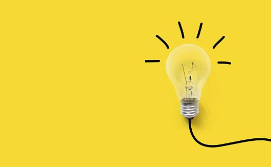 크리에이 티브 생각 아이디어 두뇌 혁신 개념 노란 배경에 전구 개념에 대한 스톡 사진 및 기타 이미지