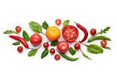 白い背景の上の創造的な野菜芸術組成