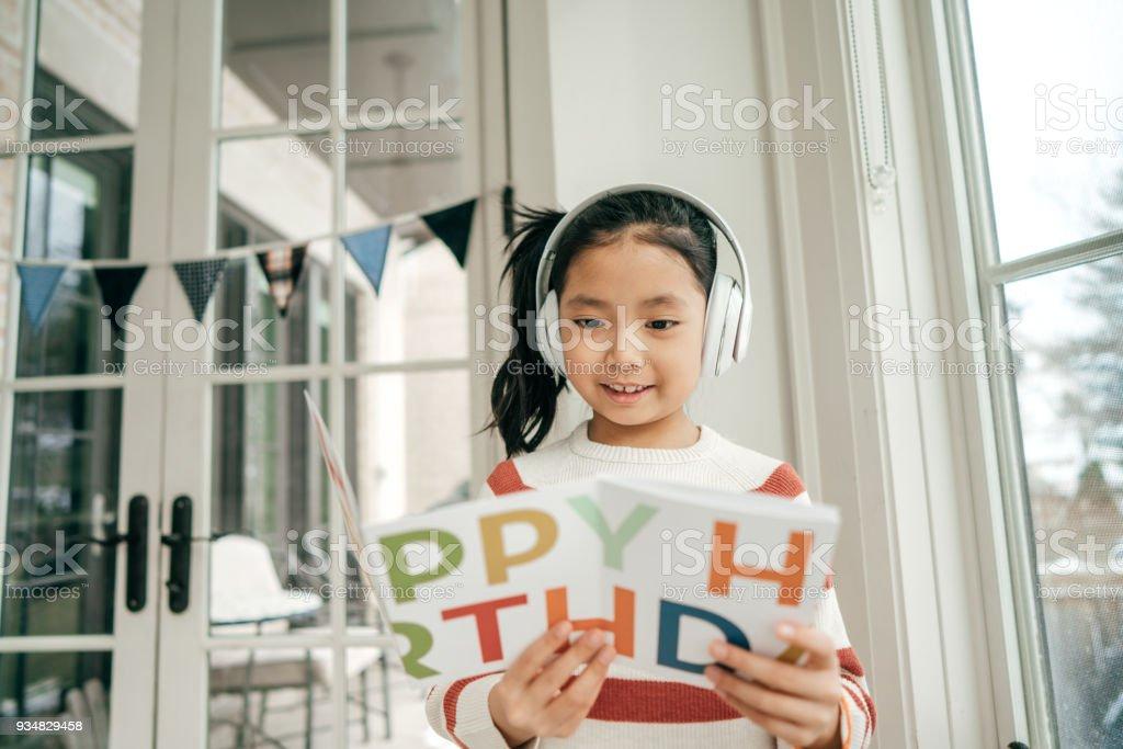 크리에이 티브 방법 귀하의 자녀의 생일 축 하 - 로열티 프리 8-9 살 스톡 사진