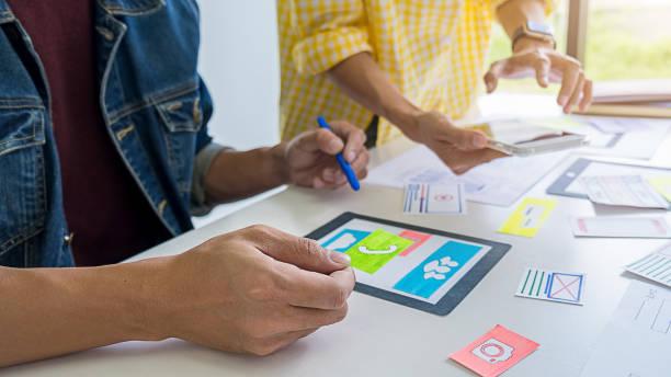 creative web designer planung anwendung und entwicklung von vorlagenlayout, framework für mobiltelefon. user experience (ux)-konzept. - prototype stock-fotos und bilder