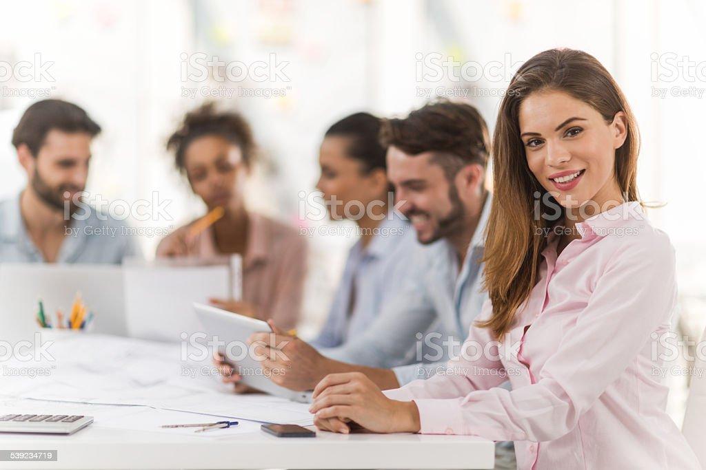Creative mulher no escritório olhando para a câmera. foto royalty-free