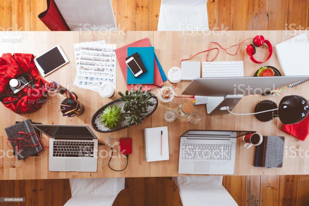 Mesa de trabajo creativo - foto de stock