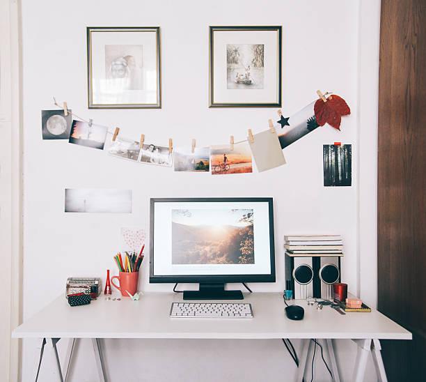 kreative arbeitsbereich mit schreibtisch - desktop foto stock-fotos und bilder