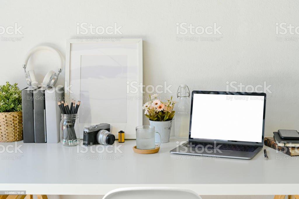 Espace de travail créatif maquette écran blanc ordinateur portable
