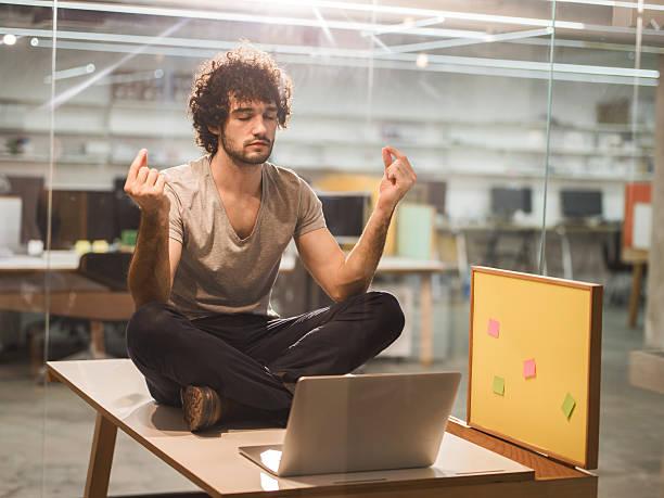 kreative junge mann im büro. - yoga fürs büro stock-fotos und bilder