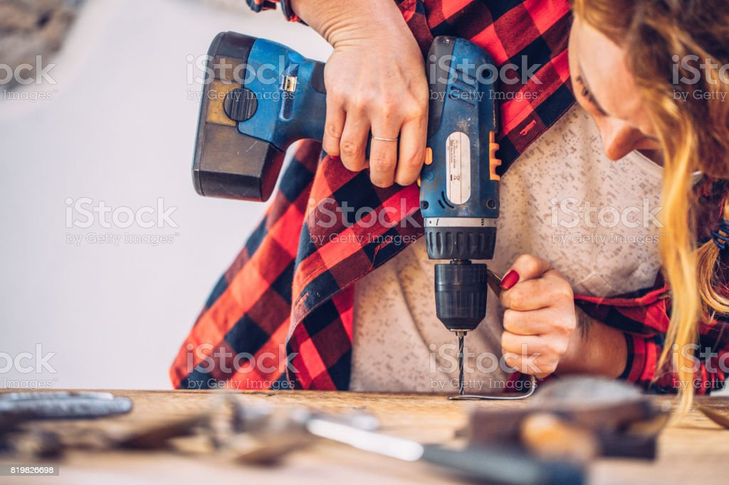 Kreative junge Frau, die Arbeit mit der Bohrmaschine – Foto