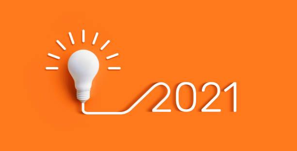 2021 creativiteit en nspiratie ideeën concepten met gloeilamp op pastelkleurachtergrond - 2021 stockfoto's en -beelden