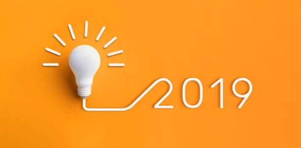 conceitos de inspiração de criatividade de 2019 com lâmpada em pastel cor de fundo. solução de negócios, planejamento de ideias - 2019 - fotografias e filmes do acervo