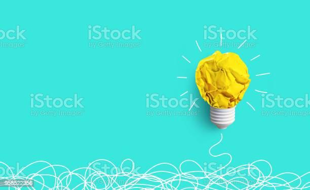 창의력 영감 아이디어 개념 전구에서 종이와 구겨진 공 0명에 대한 스톡 사진 및 기타 이미지