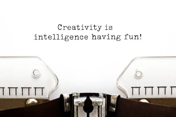 kreativität ist intelligenz, die eine inspirierende quote hat - intelligente zitate stock-fotos und bilder