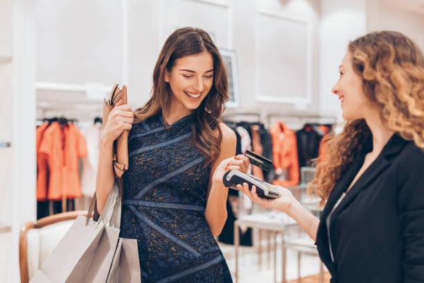Paiement sans contact par carte bancaire dans un magasin de luxe - Photo
