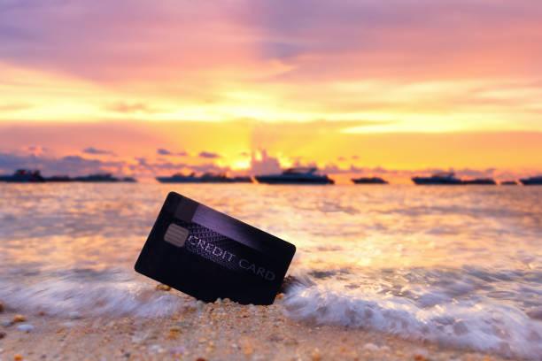 Kreditkarte am tropischen Strand. – Foto