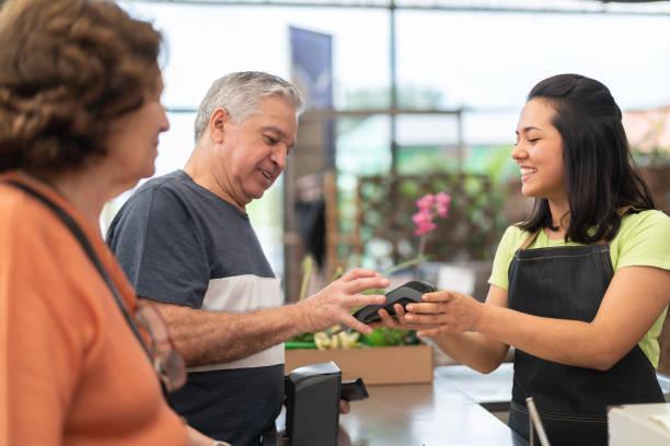 Pagamento com cartão de crédito no check-out - foto de acervo