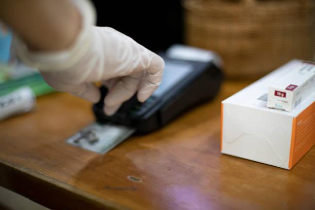 credit card payment, buy - paying with card shop imagens e fotografias de stock