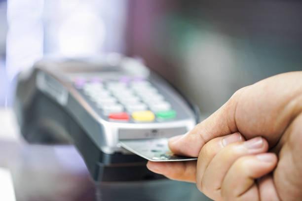 zahlung per kreditkarte - karte ziehen stock-fotos und bilder