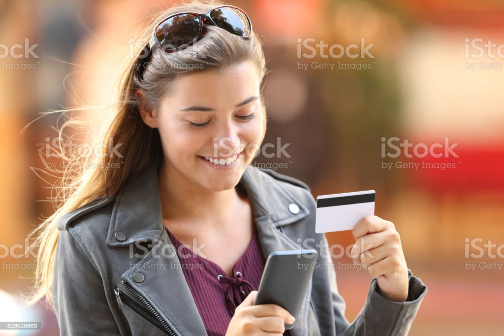 credit card purchaseGirl buying on line on the street - foto stock