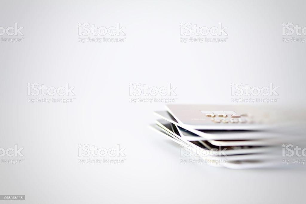 Karty kredytowe z bliska strzał z miękkiej ostrości w tle - Zbiór zdjęć royalty-free (Bankowość)