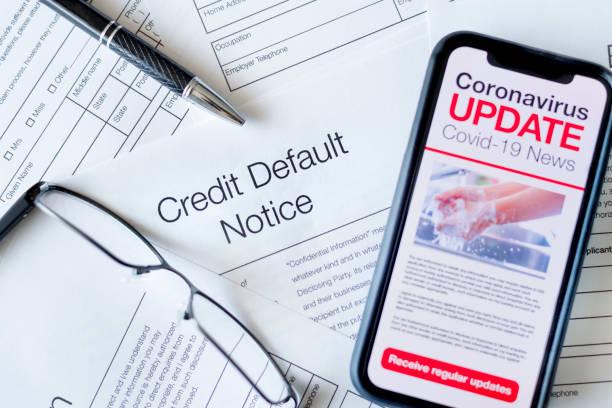Kreditstandard-Hinweisformular. Nahaufnahme eines Mobiltelefons mit Coronavirus covid-19 News-Update. – Foto