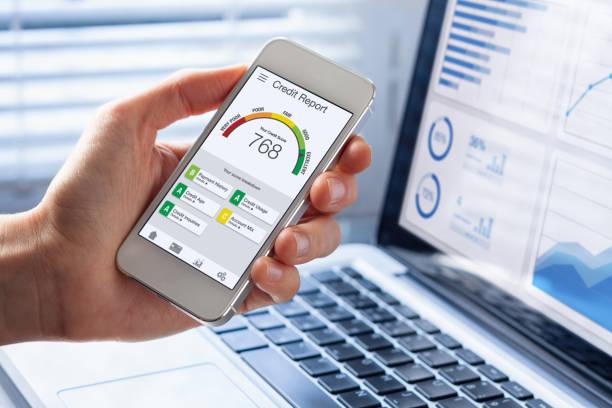 Kreditbericht mit Score-Bewertungs-App auf dem Smartphone-Bildschirm, der die Kreditwürdigkeit einer Person für Kredit- und Hypothekenanträge basierend auf Zahlungshistorie und Schuldennutzung, Budgetmanagementleistung zeigt – Foto