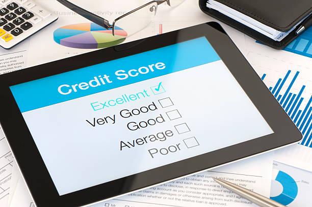 credit score auf einen tablet pc - bankhaken stock-fotos und bilder