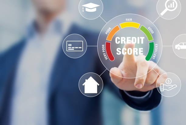 Bonitätsbewertung basierend auf Schuldenberichten, die Kreditwürdigkeit oder Risiko von Einzelpersonen für Studentenkredite, Hypotheken- und Zahlungskarten zeigen, Konzept mit Geschäftsleuten, die Scorecard auf dem Bildschirm berühren – Foto