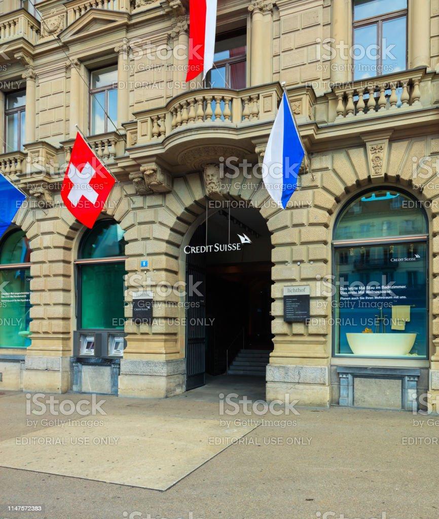Credit Suisse Gebäude Auf Dem Paradeplatz In Zürich Mit Fahnen ...