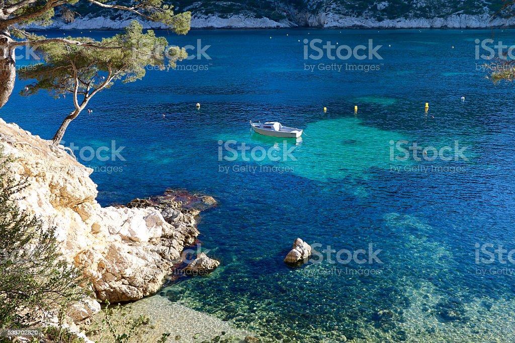 Calanques et bateau à la dérive sur une mer turquoise stock photo