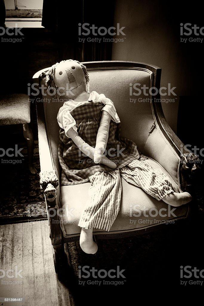 Assustador antigo vida size Boneca de Pano na poltrona - foto de acervo